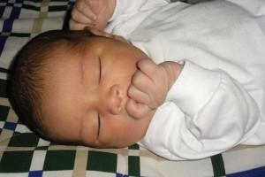 宝宝睡觉为什么踢被子什么影响宝宝睡觉