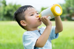 新生儿能喝水吗婴儿多大可以用杯子喝水